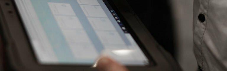 Tablet mit DAshboar von SAP TM und Rail